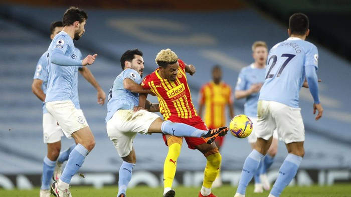 MANCHESTER, ENGLAND - DECEMBER 15: Grady Diangana of West Bromwich Albion is challenged by Ilkay Gundogan of Manchester City during the Premier League match between Manchester City and West Bromwich Albion at Etihad Stadium on December 15, 2020 in Manchester, England. The match will be played without fans, behind closed doors as a Covid-19 precaution.  (Photo by Clive Brunskill/Getty Images)