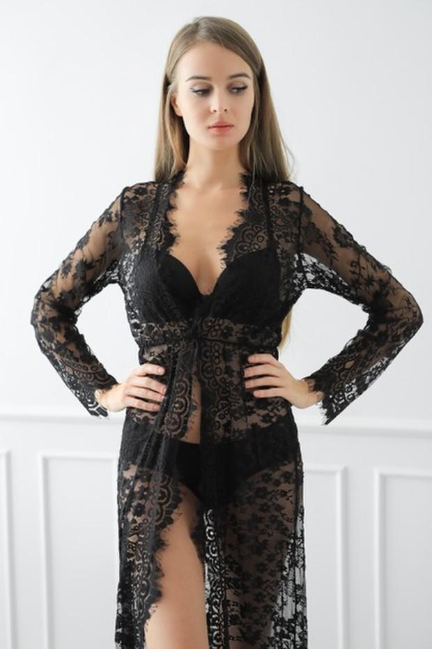 Model black tight-high yang terlihat memesona dengan warna gelap.