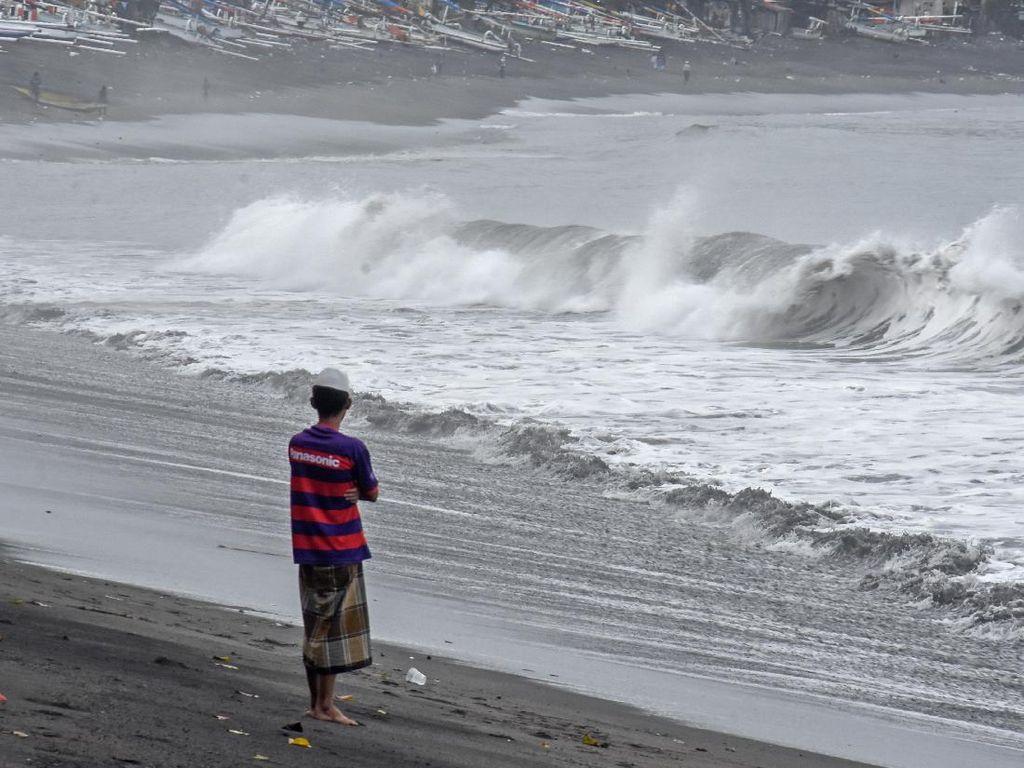 BMKG Perak Keluarkan Peringatan Gelombang Tinggi 4 Meter di Perairan Jatim
