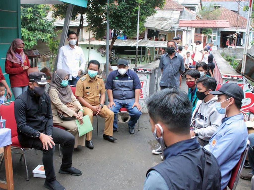 Bima Arya & BEM se-Bogor Bagi-bagi Masker & Hand Sanitizer di Kampung