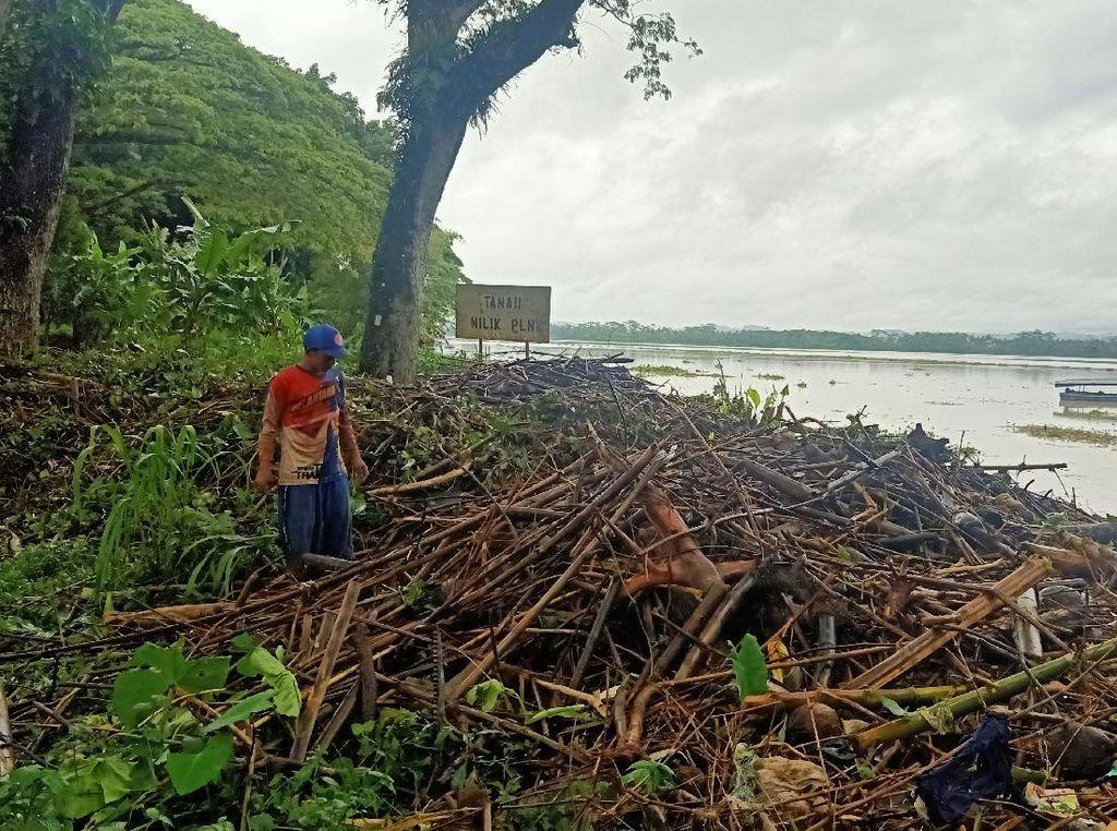 Produksi Listrik PLTA Mrica Disetop Sementara Gegara Sampah