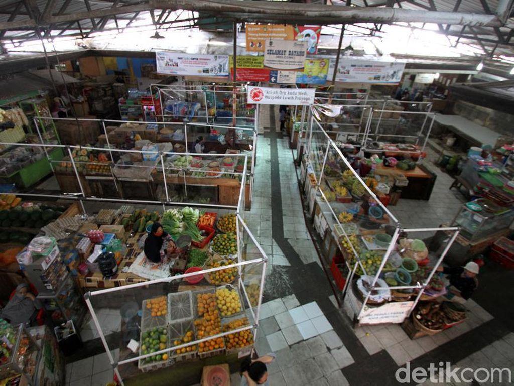 Cegah Penyebaran Corona, Pasar Gede Solo Dipasang Sekat Pembatas