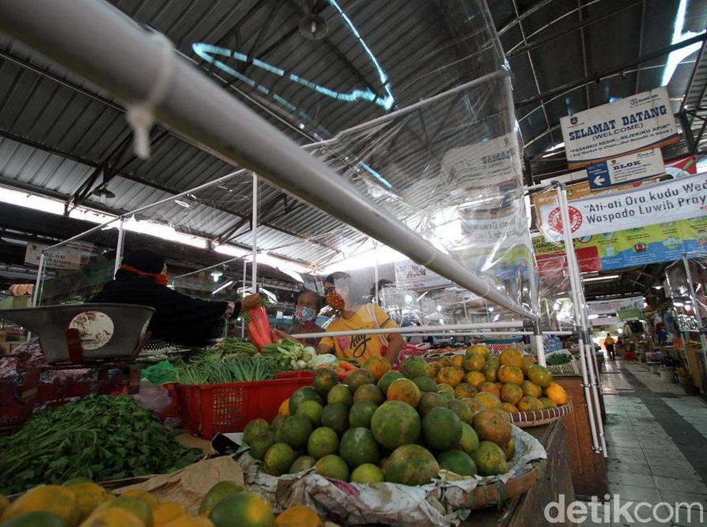 Perketat Protokol Kesehatan, Ada Sekat Plastik di Pasar Gede Solo