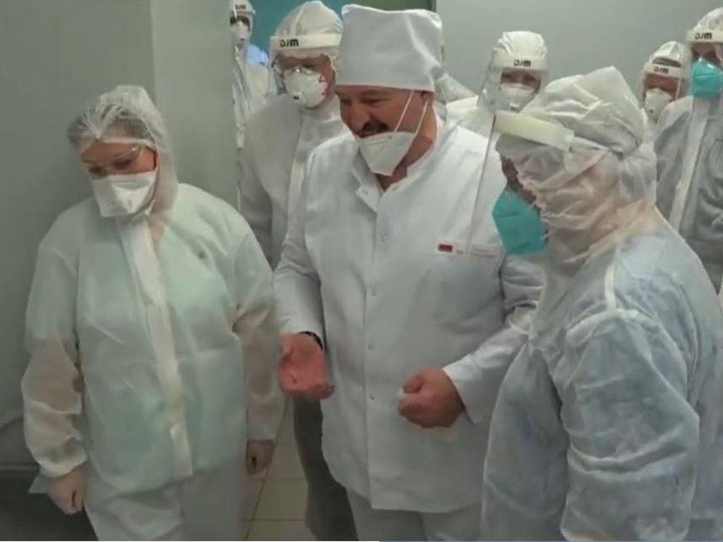 Duh! Presiden Belarusia Copot Masker di Hadapan Pasien Covid-19