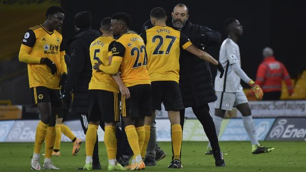 Wolverhampton Wanderers' head coach Nuno Espirito Santo, right, celebrates with his teammates their win against Chelsea after the end of the English Premier League soccer match between Wolverhampton Wanderers and Chelsea at the Molineux Stadium in Wolverhampton, England, Tuesday, Dec. 15, 2020. (AP Photo/Rui Vieira, Pool)