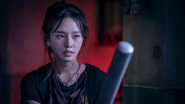 Yoon Ji-soo (Park Gyu-young) dalam serial Sweet Home.