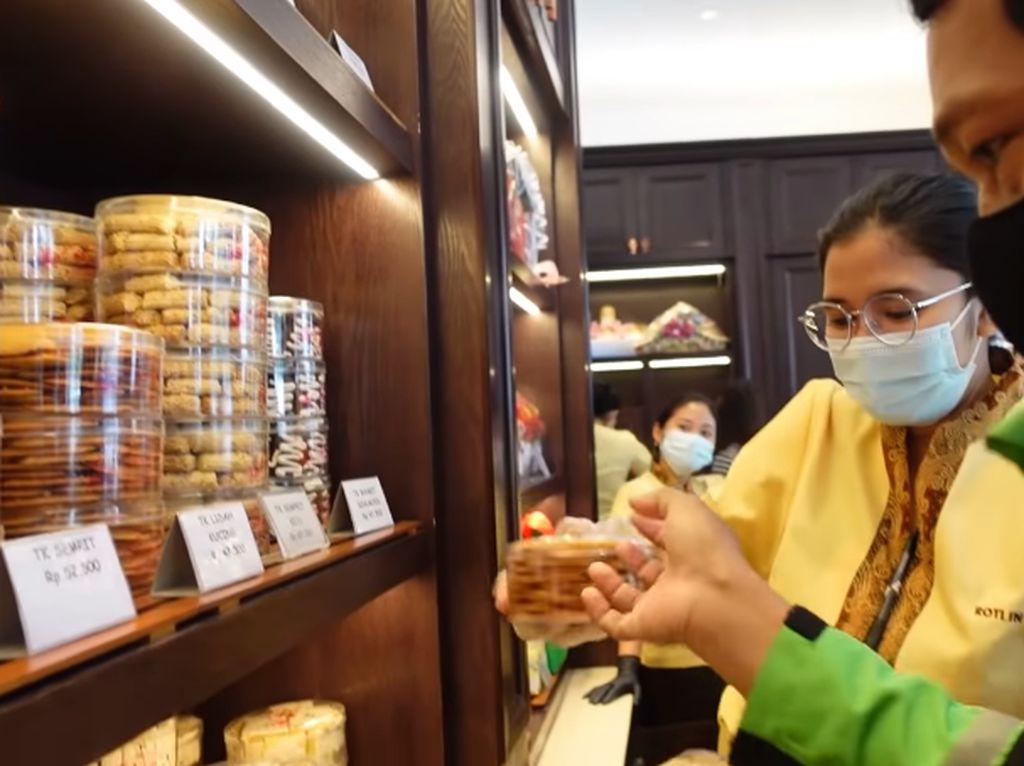 5 Momen YouTuber Cantik Traktir Ojol Makan Bakso hingga Borong Roti