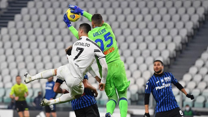 TURIN, ITALY - DECEMBER 16:  Cristiano Ronaldo (L) of Juventus clashes with Pierluigi Gollini of Atalanta BC during the Serie A match between Juventus and Atalanta BC at Allianz Stadium on December 16, 2020 in Turin, Italy.  (Photo by Valerio Pennicino/Getty Images)