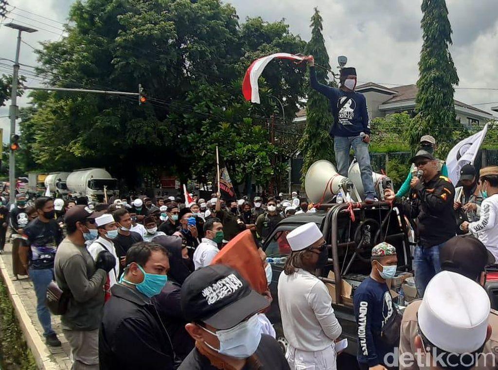 Minta Habib Rizieq Dibebaskan, Massa FPI Geruduk Polres Sumedang