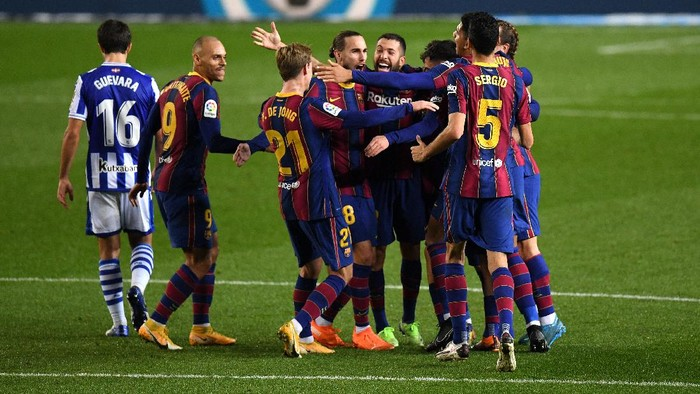 BARCELONA, SPAIN - DECEMBER 16: Frenkie de Jong of Barcelona celebrates after scoring their teams second goal with teammates during the La Liga Santander match between FC Barcelona and Real Sociedad at Camp Nou on December 16, 2020 in Barcelona, Spain. Sporting stadiums around Spain remain under strict restrictions due to the Coronavirus Pandemic as Government social distancing laws prohibit fans inside venues resulting in games being played behind closed doors. (Photo by David Ramos/Getty Images)