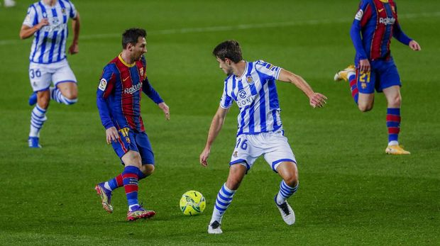 Barcelona's Lionel Messi, second left, vies for the ball with Real Sociedad's Ander Guevara during the Spanish La Liga soccer match between FC Barcelona and Real Sociedad at the Camp Nou stadium in Barcelona, Spain, Wednesday, Dec. 16, 2020. (AP Photo/Joan Monfort)