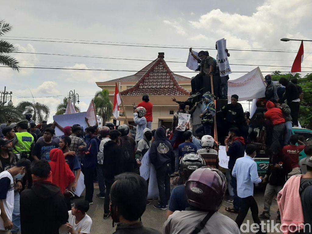 Massa Buruh Demo Anggota DPRD Probolinggo yang Bikin Pabrik Kayu Ditutup