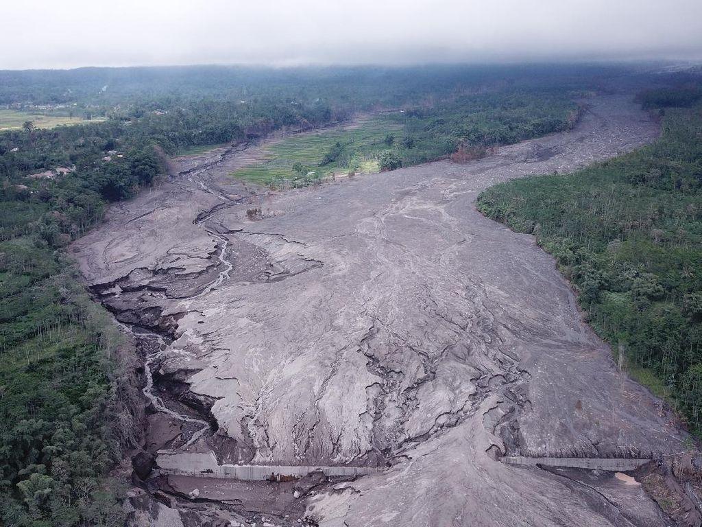 Material Vulkanik Gunung Semeru Terpantau Masih Menumpuk di Curah Kobokan