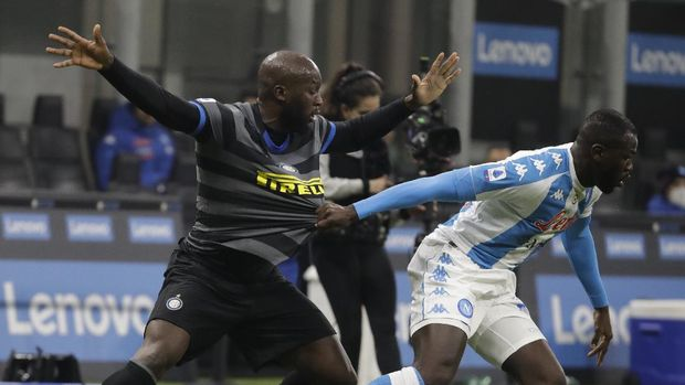 Napoli's Kalidou Koulibaly, right, dribbles past Inter Milan's Romelu Lukaku, left, during a Serie A soccer match between Inter Milan and Napoli, at the San Siro stadium in Milan, Italy, Wednesday, Dec.16, 2020. (AP Photo/Luca Bruno)