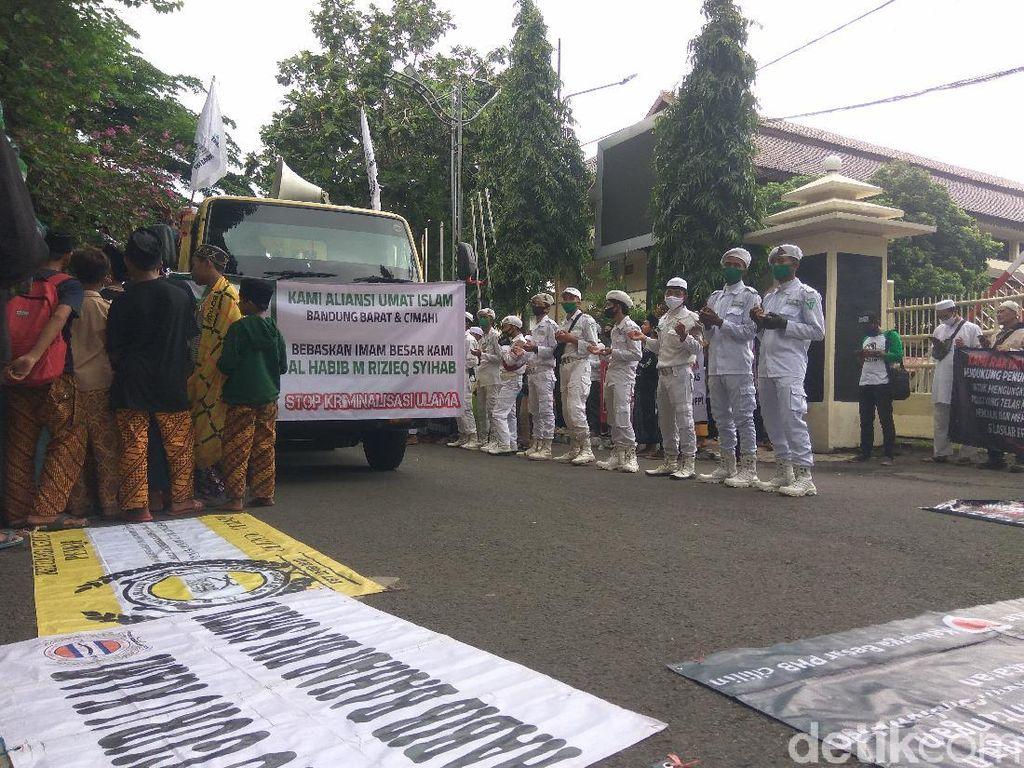 Desak Habib Rizieq Dibebaskan, Massa Gelar Aksi di DPRD Cimahi
