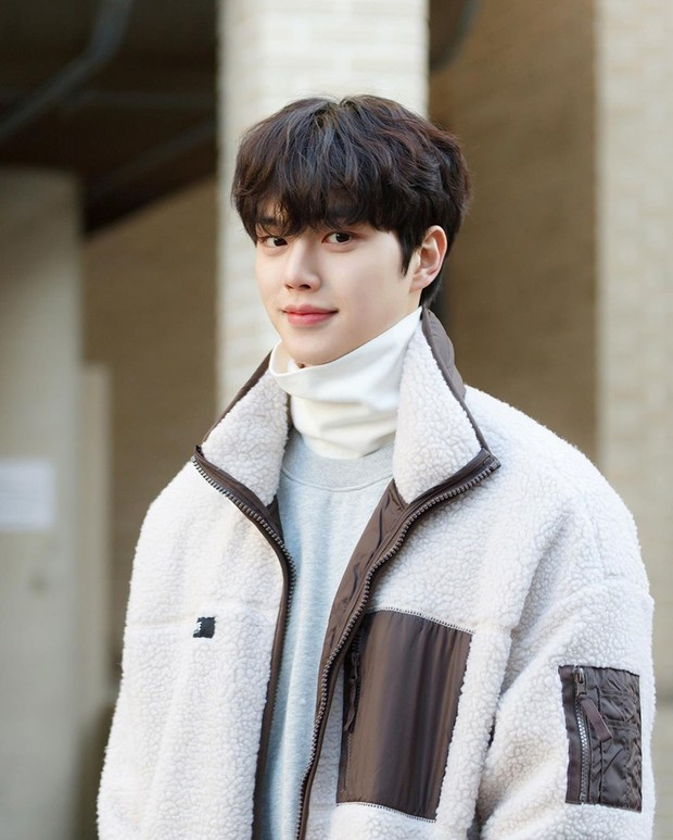 Aktor tampan ini mengawali debut akting televisinya dalam serial komedi romantis, The Liar and His Lover pada 2017.