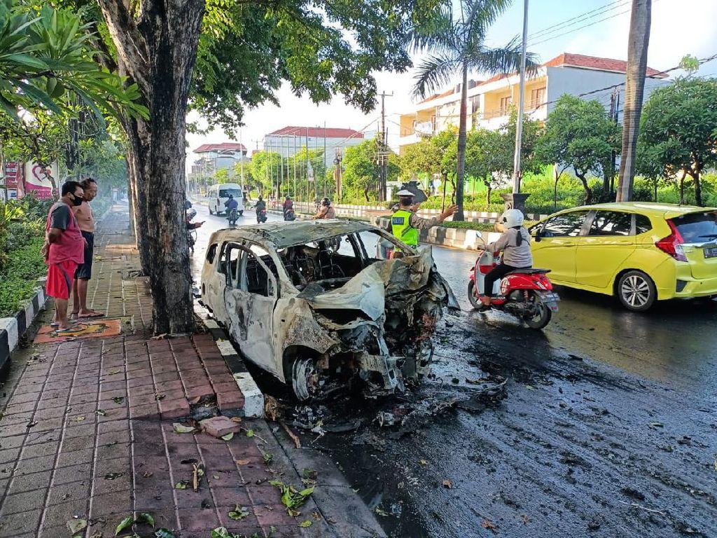 Sebuah Mobil Terbakar Usai Tabrak Pohon di Bali, Pengemudi Terluka