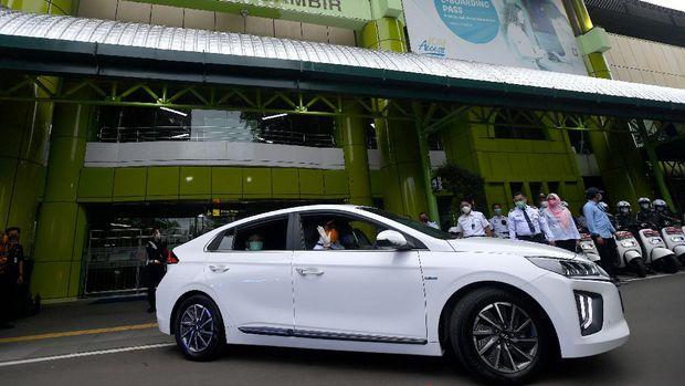 Menteri Perhubungan Budi Karya Sumadi mengendarai mobil listrik saat diluncurkan sebagai kendaraan dinas Kementerian Perhubungan di Stasiun Gambir, Jakarta, Rabu (16/12/2020). Kendaraan dinas pejabat Kementerian Perhubungan resmi berganti dari yang berbahan bakar fosil menjadibahan bakar listriksebagai upaya untuk mendorong perkembangan kendaraan yang ramah lingkungan di Tanah Air. ANTARA FOTO/Sigid Kurniawan/wsj.