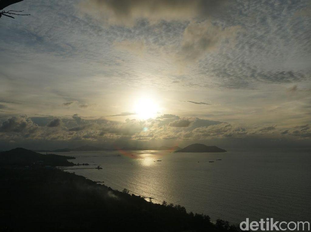Dramatisnya Matahari Terbenam di Barat Tanah Borneo