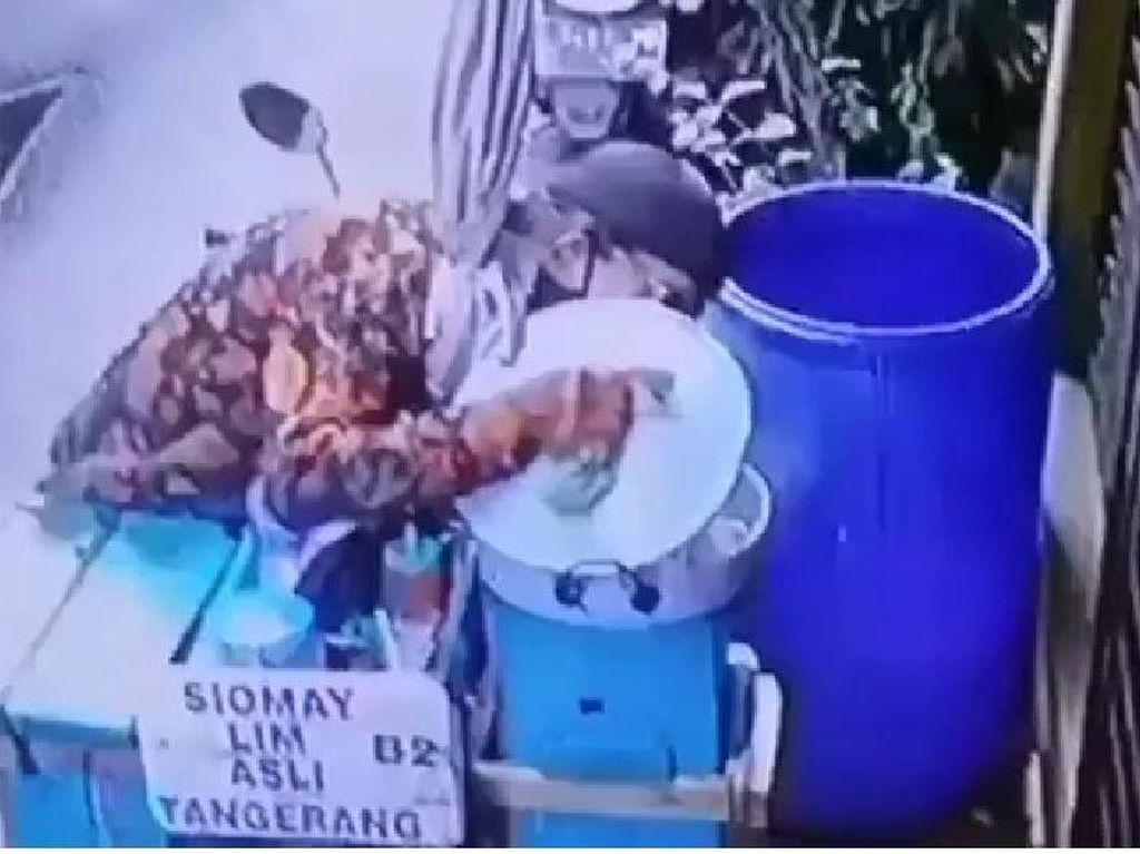 Jorok! Terekam Kamera CCTV, Penjual Siomay Ludahi Bumbu Kacang