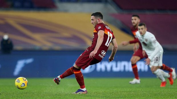 ROME, ITALY - DECEMBER 17: Jordan Veretout of Roma scores their sides second goal from the penalty spot during the Serie A match between AS Roma and Torino FC at Stadio Olimpico on December 17, 2020 in Rome, Italy. The match will be played without fans, behind closed doors as a Covid-19 precaution.  (Photo by Paolo Bruno/Getty Images)