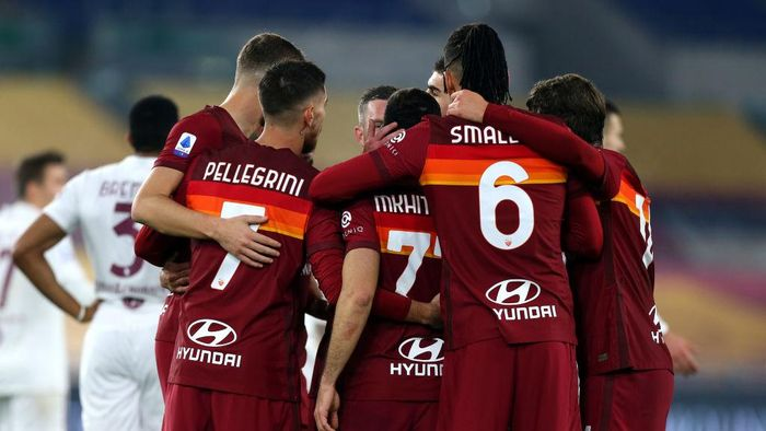 ROME, ITALY - DECEMBER 17: Henrikh Mkhitaryan of Roma celebrates with team mates after scoring their sides first goal during the Serie A match between AS Roma and Torino FC at Stadio Olimpico on December 17, 2020 in Rome, Italy. The match will be played without fans, behind closed doors as a Covid-19 precaution.  (Photo by Paolo Bruno/Getty Images)