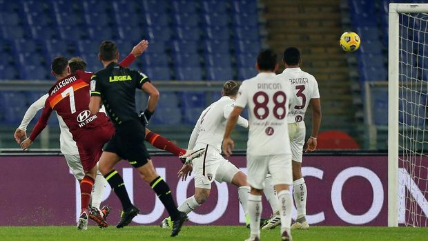 ROME, ITALY - DECEMBER 17: Lorenzo Pellegrini of Roma scores their sides third goal during the Serie A match between AS Roma and Torino FC at Stadio Olimpico on December 17, 2020 in Rome, Italy. The match will be played without fans, behind closed doors as a Covid-19 precaution.  (Photo by Paolo Bruno/Getty Images)