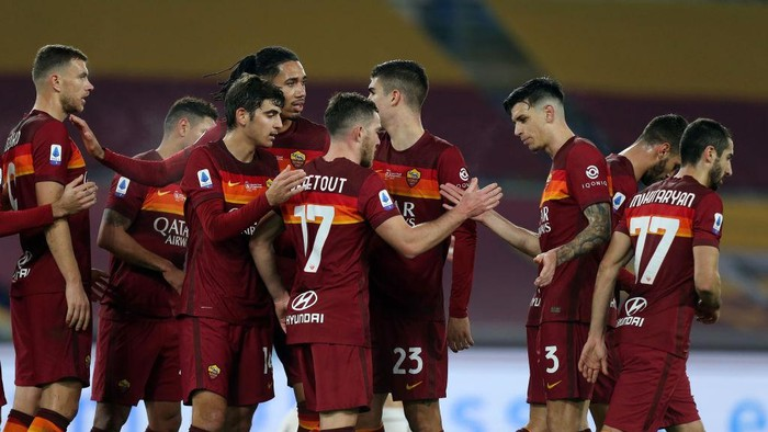ROME, ITALY - DECEMBER 17: Jordan Veretout of Roma celebrates with team mates after scoring their sides second goal during the Serie A match between AS Roma and Torino FC at Stadio Olimpico on December 17, 2020 in Rome, Italy. The match will be played without fans, behind closed doors as a Covid-19 precaution.  (Photo by Paolo Bruno/Getty Images)