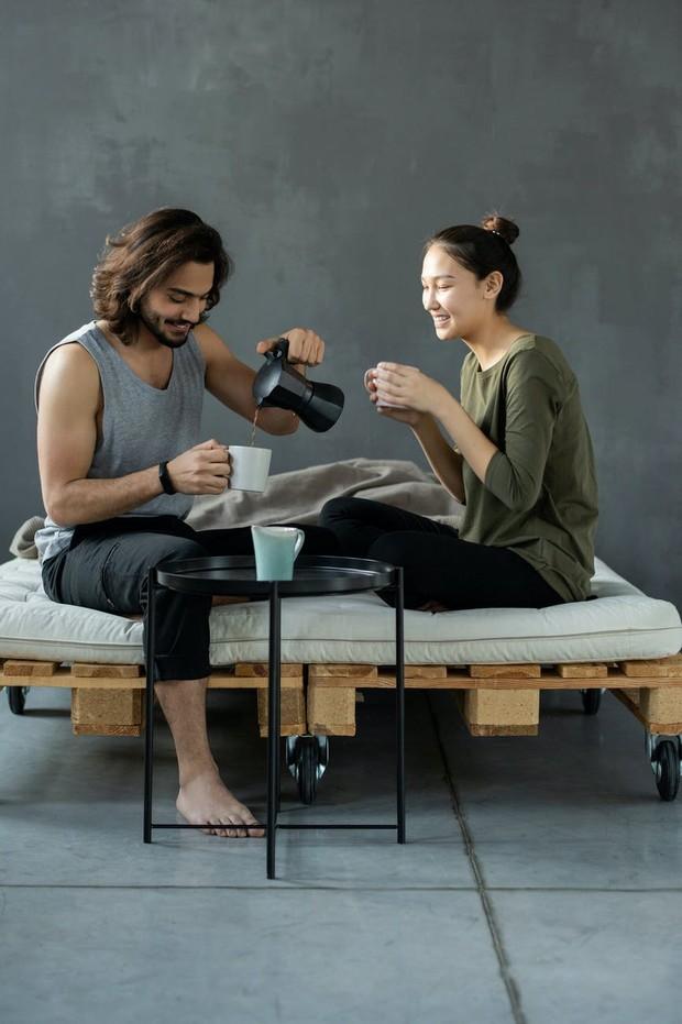 Kalau pasangan kamu adalah tipe orang gemar tidur saat mengalami hari yang buruk, coba berdiri dihadapan mereka sambil memegang secangkir kopi segar.