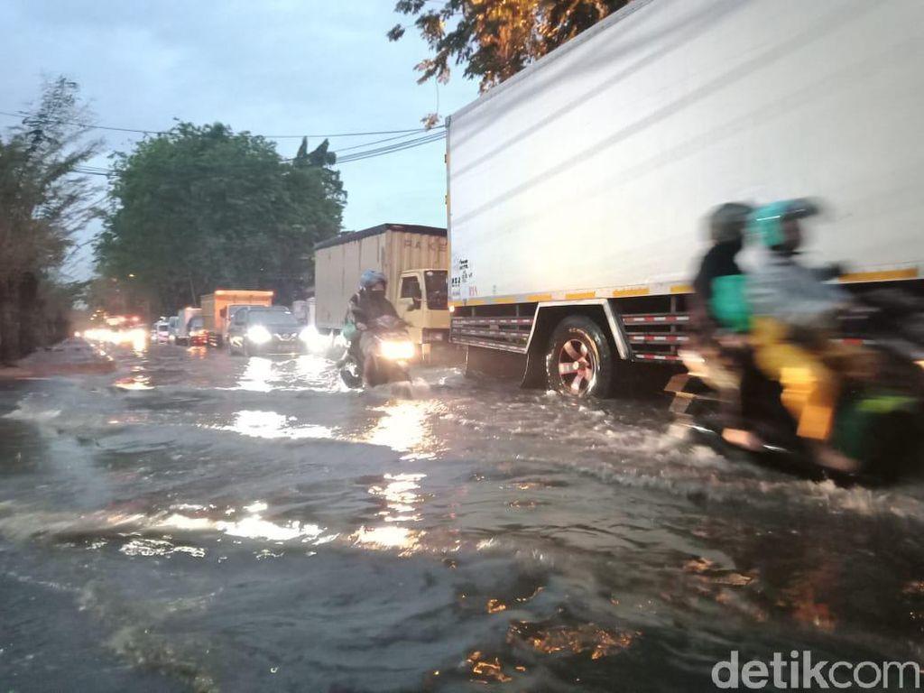 Banjir Melanda Jalan Brebek Industri di Sidoarjo, Banyak Motor Mogok
