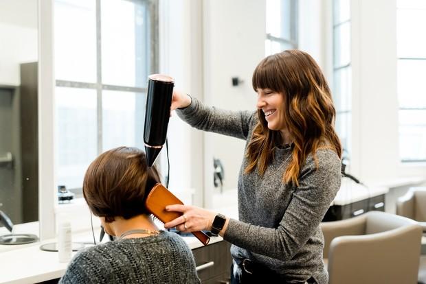 Mengeringkan rambut menggunakan hair dryer dapat membuat rambut kering dan mudah patah. Northwood menyarankan mengeringkan rambut secara alami alias memakai udara agar rambut lebih sehat, kuat, juga halus.