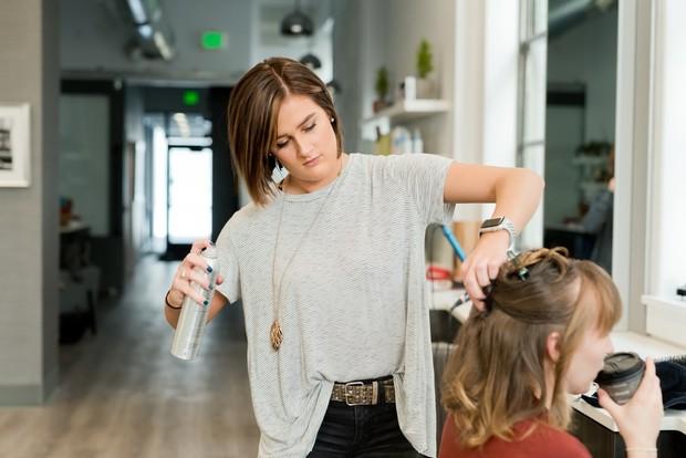 Semprotkan hair spray untuk menambah volume rambut dan dasar yang baik untuk penataan. Setelah itu, roll atau blow rambut agar bergelombang dan semakin bervolume.