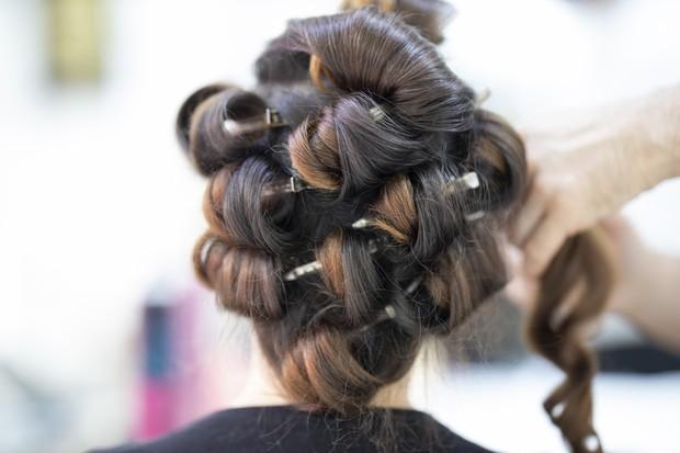 Untuk rambut mengembang secara alami dan lebih sehat, kamu dapat memakai penjepit atau roll rambut untuk mem-blow rambut.