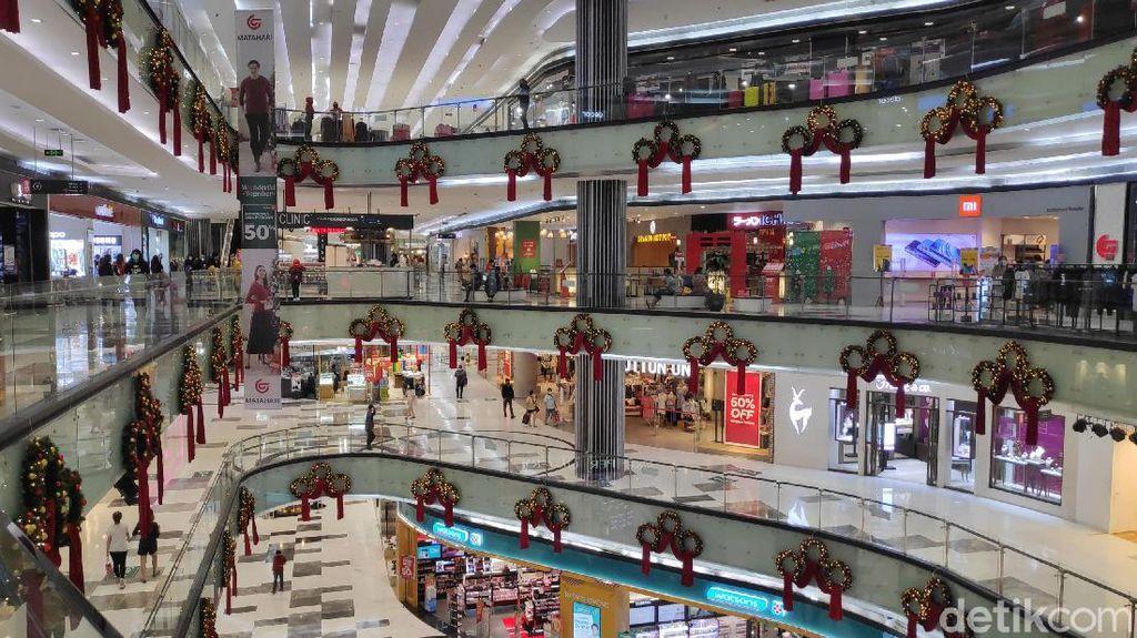 Foto : Jelang Nataru, Mal Ini Dipenuhi Ornamen Natal