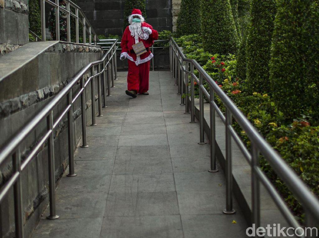 Ketika Santa Berbagi Kopi Gratis untuk Warga di Ibu Kota