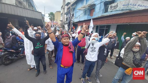Massa 1812 berselawat saat hendak dibubarkan polisi di Jalan Abdul Muiz.