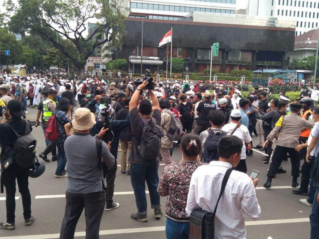 Massa 1812 Saling Dorong dengan Petugas di Jl Agus Salim, 5 Orang Diamankan