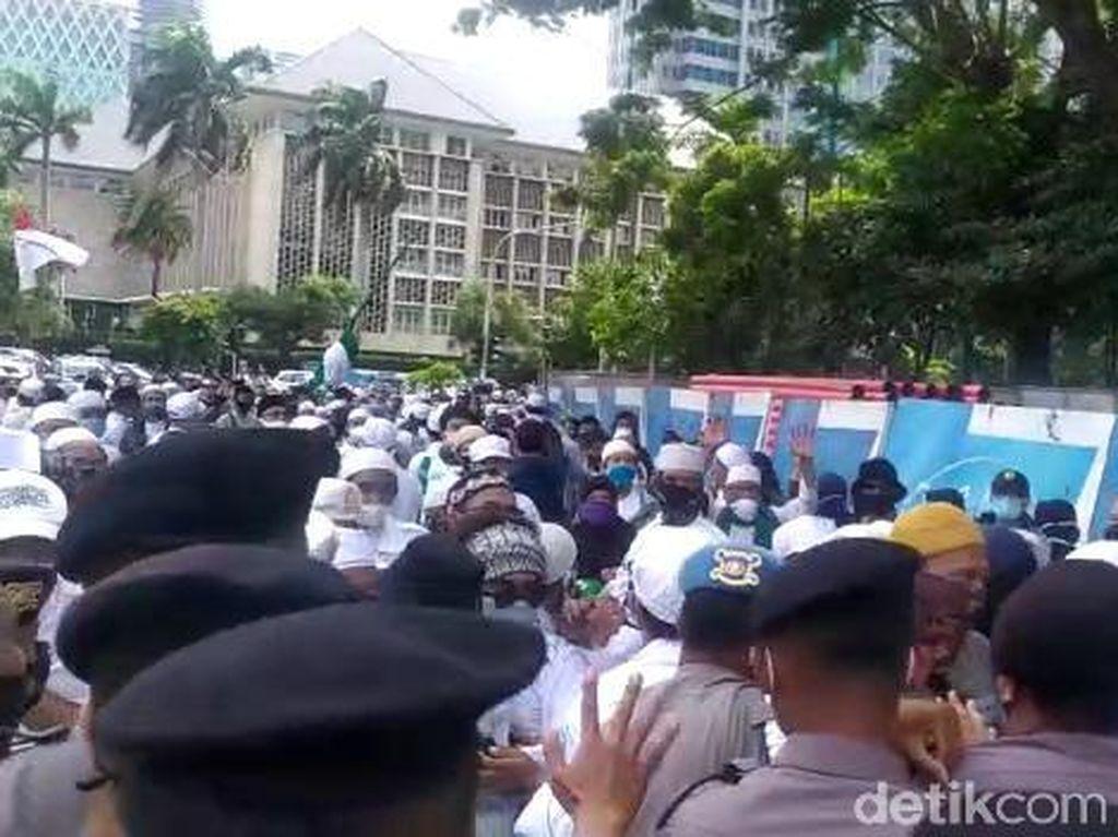 Aksi 1812 Diminta Bubar, Massa Sempat Dorong-dorongan dengan Polisi