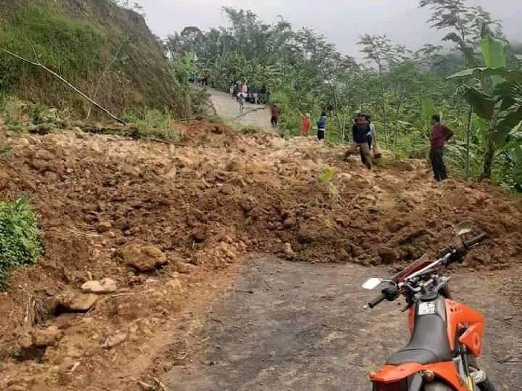 Tebing Longsor, Akses ke Pengungsian Tanah Gerak di Banjarnegara Putus