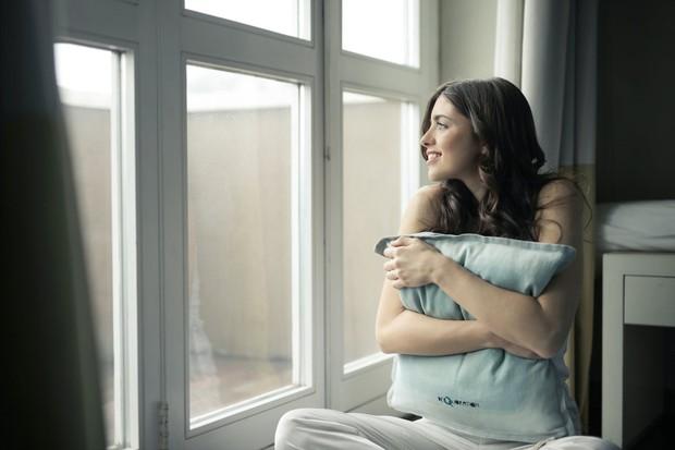 Kamu bisa mengingat momen-momen yang membuat kamu bahagia saat itu, alih-alih menekan rasa sakit, sebenarnya cara ini bisa membuat kamu bahagia.