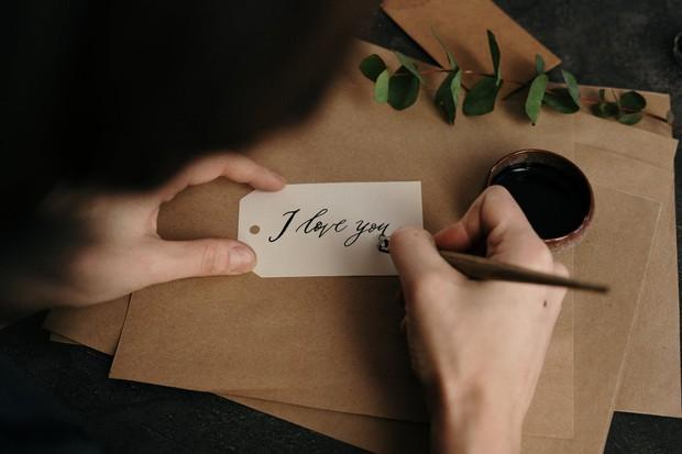 Coba kamu lakukan cara yang satu ini, karena terkadang sikap romantis klasik seperti menulis surat atau puisi bisa menjadi cara yang menarik untuk membuat mereka merasa paling beruntung.