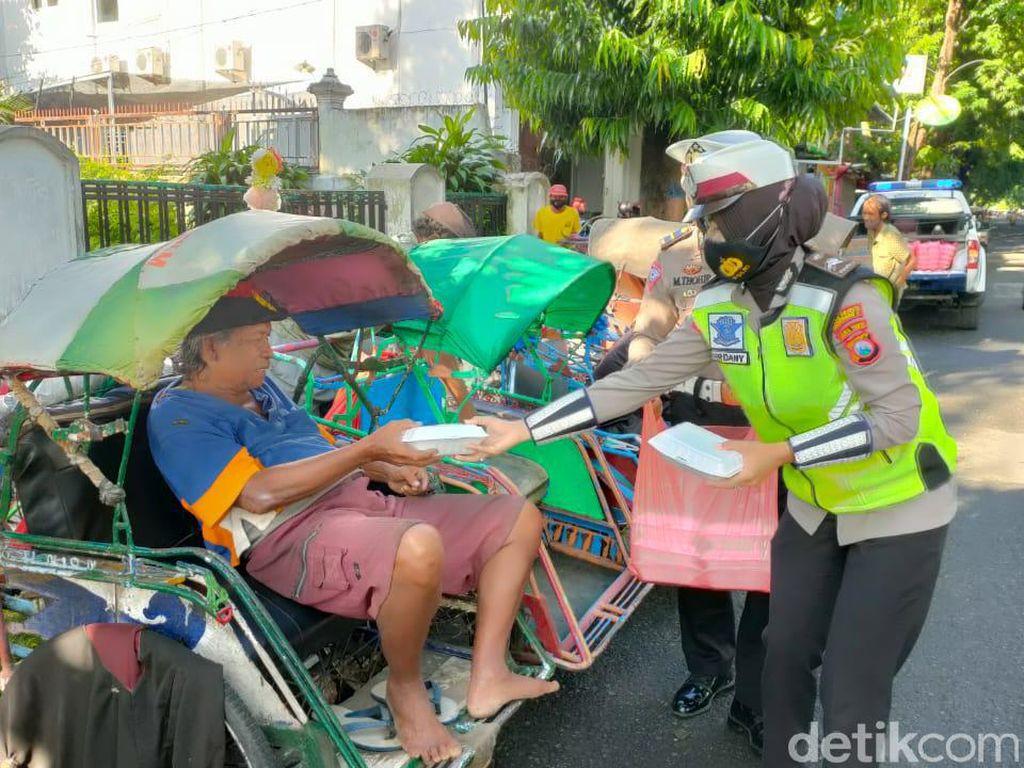 Cara Polisi di Bojonegoro Berbagi Sedekah di Jumat Berkah