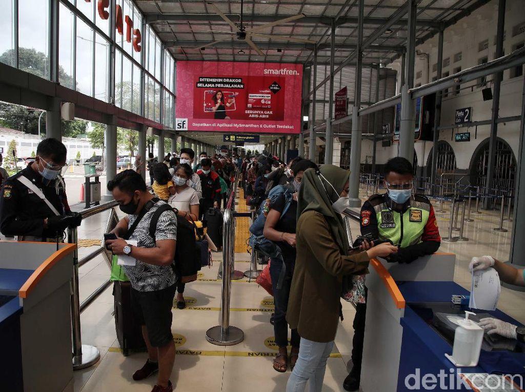 Cerita Penumpang soal Calo Rapid Test di Stasiun Pasar Senen