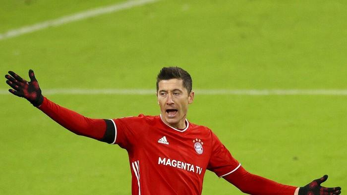Robert Lewandowski of FC Bayern Munich reacts during the Bundesliga soccer match between Bayern Munich and RB Leipzig in Munich, Germany, Saturday, Dec. 5, 2020. (Alexander Hassenstein/Pool via AP)