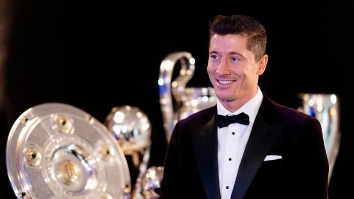 MUNICH, GERMANY - DECEMBER 17: Robert Lewandowski of FC Bayern Muenchen gives an interview after the FIFA The BEST Awards ceremony on December 17, 2020 in Munich, Germany. Lewandowski was awarded as FIFA World Player 2020 on Thursday.  (Photo by Pool/Marco Donato-FC Bayern/Pool via Getty Images)