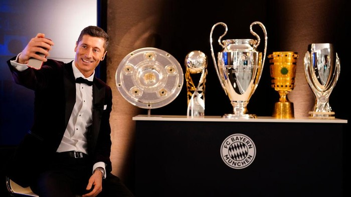 MUNICH, GERMANY - DECEMBER 17: Robert Lewandowski of FC Bayern Muenchen is pictured awaiting the decision of the FIFA Mens Player 2020 during the FIFA The BEST Awards ceremony on December 17, 2020 in Munich, Germany. (Photo by Pool/Marco Donato-FC Bayern/Pool via Getty Images)