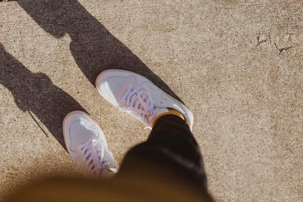 sepatu berwarna putih