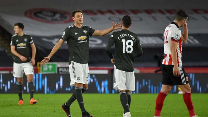 SHEFFIELD, ENGLAND - DECEMBER 17: Nemanja Matic of Manchester United speaks with Bruno Fernandes of Manchester United during the Premier League match between Sheffield United and Manchester United at Bramall Lane on December 17, 2020 in Sheffield, England. The match will be played without fans, behind closed doors as a Covid-19 precaution.  (Photo by Rui Vieira - Pool/Getty Images)