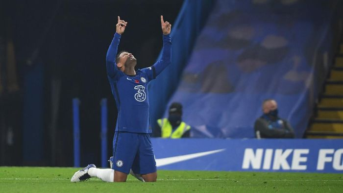 LONDON, ENGLAND - NOVEMBER 07: Thiago Silva of Chelsea celebrates after scoring his teams third goal during the Premier League match between Chelsea and Sheffield United at Stamford Bridge on November 07, 2020 in London, England. Sporting stadiums around the UK remain under strict restrictions due to the Coronavirus Pandemic as Government social distancing laws prohibit fans inside venues resulting in games being played behind closed doors. (Photo by Mike Hewitt/Getty Images)