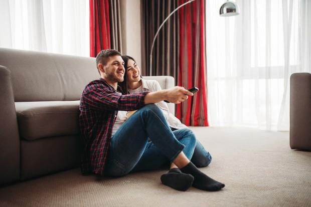 Tidak ada obat yang lebih baik daripada menonton kembali film atau acara yang dia suka, saat pasangan kamu memiliki hari yang buruk.
